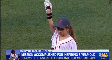3D打印手的女孩在所有30个MLB球场投掷第一个投球,非常的棒